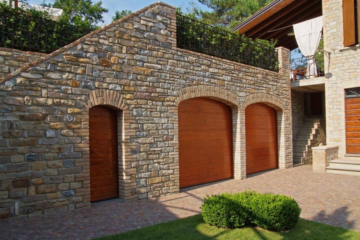 Portone sezionale e porta laterale in legno massiccio for Casa con garage laterale