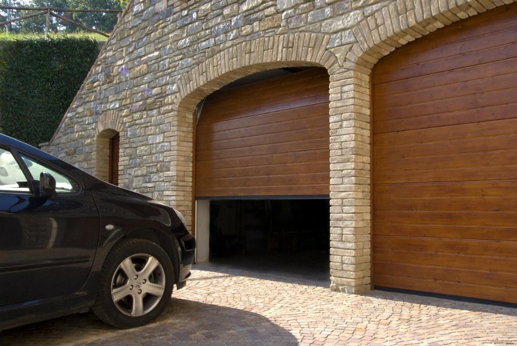 Portone sezionale da garage in legno massiccio abete for Casa con garage laterale